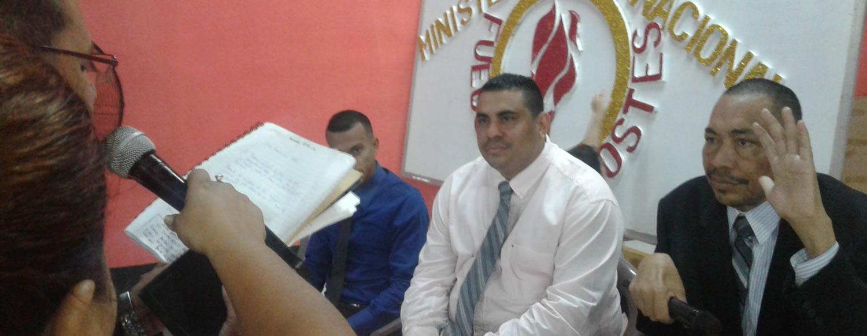 Recibiendo la ordenación al pastorado. Pastor y Evangelistas del Minsiterio Evangelístico Internacional Fuego Pentecostés.